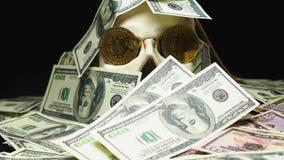 Crânio humano em uma pilha da moeda americana Bitcoins nos olhos filme