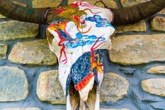 Crânio pintado decorado dos iaques na vila de Manang, Nepal imagens de stock royalty free
