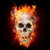Crânio satânico nas chamas fotos de stock