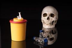 Crânio, seringa e recipiente Fotografia de Stock Royalty Free