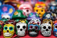 Crânios cerâmicos coloridos para a venda em Chichen-Itza Fotos de Stock Royalty Free