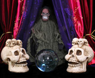 Crânios e esfera de cristal imagem de stock
