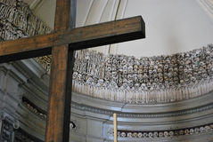 Crânios e ossos atrás da cruz Imagem de Stock Royalty Free