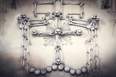 Crânios e ossos cobertos no lote da poeira de sobras humanas assustadores na obscuridade Fundo escuro abstrato que simboliza a mo fotografia de stock