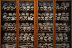 Crânios e ossos junto em um armário em Nea Moni, Chios, Grécia imagem de stock royalty free