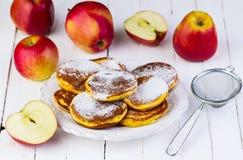 Crêpes con las manzanas Foto de archivo