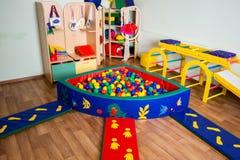 Crèche avec les jouets et les boules colorés Image stock