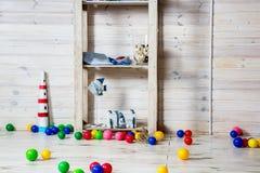 Crèche avec les jouets et les boules colorés Images stock