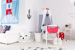 Crèche nautique de thème avec des jouets photo stock