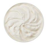 Crème aigre dans la petite plaque ronde image stock