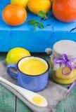 Crème anglaise de citron et citrons, oranges et menthe frais sur la vieille table en bois kurde Photographie stock libre de droits