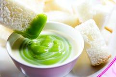 Crème anglaise de Pandan avec du pain Images stock