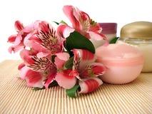 Crème avec des fleurs image libre de droits