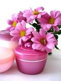 Crème avec des fleurs photo libre de droits