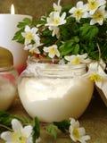 Crème avec les fleurs blanches photo stock