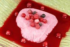 Crème bavaroise de baies sauvages en forme de coeur Images libres de droits