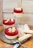 Crème blanche de chocolat de vanille avec la purée de framboise Images stock