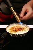 Crème brulée avec la lampe à souder images stock
