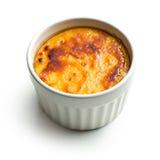 Crème-brulée in ciotola di ceramica Immagini Stock Libere da Diritti
