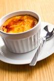 Crème-brulée in ciotola di ceramica Fotografie Stock