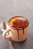Crème brulée dans une tasse Photo stock
