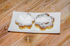 Crème brulée faite maison avec du sucre de poudre, crème brûlée Photo libre de droits