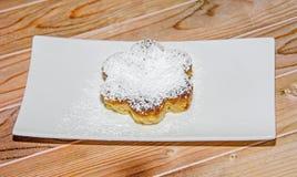 Crème brulée faite maison avec du sucre de poudre, crème brûlée Images stock