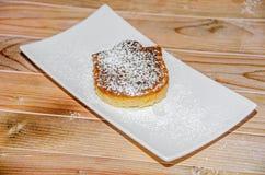 Crème brulée faite maison avec du sucre de poudre, crème brûlée Images libres de droits