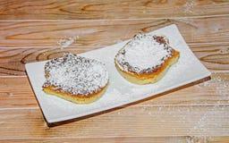 Crème brulée faite maison avec du sucre de poudre, crème brûlée Photo stock