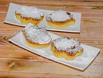 Crème brulée faite maison avec du sucre de poudre, crème brûlée Photographie stock libre de droits