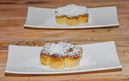 Crème brulée faite maison avec du sucre de poudre, crème brûlée Photos stock