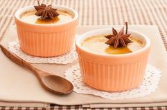 Crème brulée servie dans la cuvette en céramique. Photos libres de droits