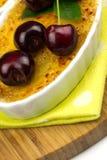 Crème-brulée sulla tavola, fine su Immagini Stock