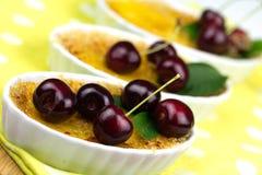 Crème-brulée sulla tavola, fine su Fotografia Stock
