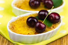 Crème-brulée sulla tavola, fine su Fotografia Stock Libera da Diritti