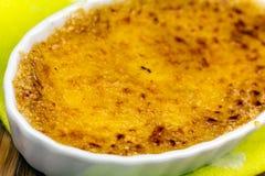 Crème-brulée sulla tavola, fine su Immagine Stock