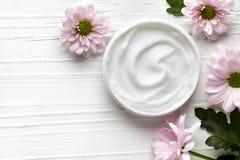 Crème cosmétique blanche images stock