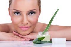 Crème cosmétique d'aloès image stock