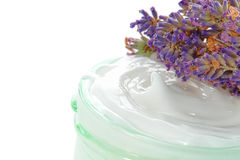 Crème cosmétique en choc et fleurs de lavande Image stock