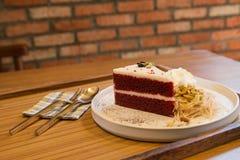 Crème croquante et fouettée de flocon rouge de gâteau avec la sucrerie de coton thaïlandaise Images stock