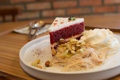 Crème croquante et fouettée de flocon rouge de gâteau avec la sucrerie de coton thaïlandaise Photo libre de droits