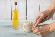 Crème d'argan pour les mains criquées images libres de droits