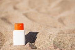 Crème de bloc de Sun sur le sable Photographie stock libre de droits