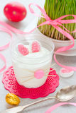 Crème de dessert de lapin de Pâques en verre, idée drôle pour le trea de Pâques photo stock