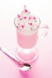 Crème de fraise avec les décorations fouettées de crème et de sucrerie de coeur Photo stock