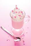 Crème de fraise avec les décorations fouettées de crème et de sucrerie de coeur Photographie stock libre de droits