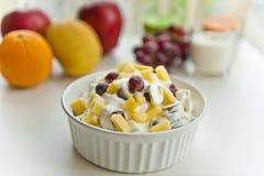 Crème de fruit dans une cuvette Photo stock