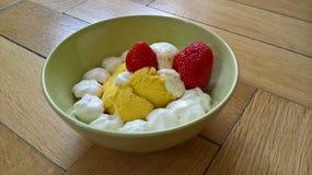 Crème de glace à la vanille avec des fraises image stock