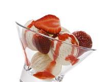 Crème de glace à la vanille avec les fraises et l'écrimage image libre de droits