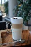 Crème de Latte dans la tasse en verre images libres de droits